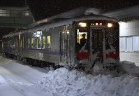 A JR Sanin Line train seen at Aoya Station in Tottori on the early morning of Feb. 11, 2017, is unable to move due to heavy snow. (Mainichi)
