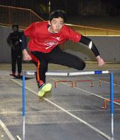 軽やかにハードルを跳び越える吉川諒選手=奈良市で、日向梓撮影