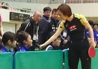 石川選手に質問する参加者=古河市仁連で