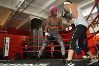 グリーソンズ・ジムでトレーニングに汗を流す女性ボクサーのマクラウドさん(左)=ニューヨーク・ブルックリンで、田中義郎撮影