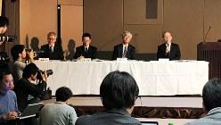 債務超過の決算見通しを発表した綱川智・東芝社長(右端)=東芝本社で2017年2月14日、平野純一撮影