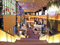 ステンドグラスやオブジェが非日常空間を演出する帝国劇場内部=東京都千代田区で、中村かさね撮影
