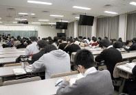 試験の開始を待つ立命館大の受験生。同大は予約型の奨学金を新設し、北海道から九州まで全国31都市で試験を実施した=京都市北区で