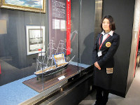 館内に展示された「エルトゥールル号」の模型と管理人の一人の木下さん=和歌山県串本町で、神門稔撮影