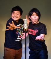 熱燗ドラゴンの小田雄介さん(左)と新城貴大さん=高知市で、松原由佳撮影