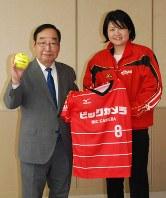 富岡賢治・高崎市長(左)と記念撮影に応じる岩渕有美監督=高崎市高松町の高崎市役所で