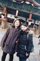 パートナーを組んだ城代花佳さん(左)と長野・善光寺でパチリ=中塩美悠さん提供