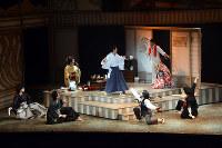 俳句仲間と歌って踊る子規(中央)を、「うるさい」と漱石(右上)がしかるシーン=愛媛県東温市見奈良の坊っちゃん劇場で、黒川優撮影