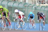 特別選抜予選で3着に入った武田選手(右)=取手市の取手競輪場で