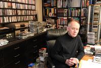 「ここが僕の書斎です。机にラップトップとマイクを設置して番組を収録したこともあります」=東京都世田谷区で、根岸基弘撮影