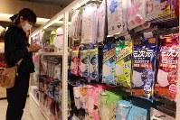 花粉やウイルス対策になるマスク。プラスアルファの機能をうたった商品が増えている=東京都渋谷区の渋谷ロフトで