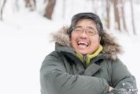 """<プロフィル>井上浩輝(いのうえ・ひろき) 1979年北海道札幌市生まれ。4人兄弟の長男として生まれ、母の死をきっかけに医学部を目指すがかなわず、新潟大学法学部へ。卒業後、北海道でキタキツネを中心に動物写真の撮影を開始。大自然の春夏秋冬を繊細に写し出し、日本人として初めて雑誌「ナショナルジオグラフィック」の「トラベルフォトグラファーオブザイヤー2016ネイチャー部門」1位、写真投稿サイト「東京カメラ部」の""""2014東京カメラ部10選""""ほか受賞多数。SNSから飛び出した新しいタイプの写真家として注目される。"""