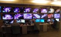 MGMリゾーツのカジノ監視室。ゲームの様子を映すモニターが並ぶ=米ラスベガスで