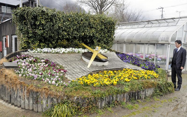 三好高校のシンボルとして時を刻む花時計。かつてはJR高松駅にあった=徳島県三好市で2017年2月9日