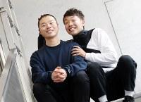 お笑いコンビ「アキナ」の秋山賢太(右)と山名文和=大阪市北区で、梅田麻衣子撮影