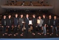 小野寺市長(左から5人目)と記念撮影する「BLUE TOKYO」のメンバー=青森市堤町1のリンクステーションホール青森で