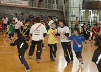 オリンピアンと一緒に運動を楽しむ子どもたち=白石市のホワイトキューブで