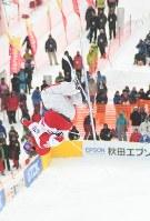 決勝で大技を繰り出す選手=仙北市田沢湖生保内のたざわ湖スキー場で