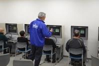 運転適性検査器を使った高齢者講習=神奈川県座間市の都南自動車学校で