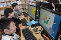 プログラミング作品を制作する京陽小学校の子どもたち=東京都品川区で、伊澤拓也撮影