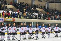 女子アイスホッケーの初戦で、カザフスタンに勝利した日本代表の選手たち=札幌市豊平区の月寒体育館で18日、手塚耕一郎撮影