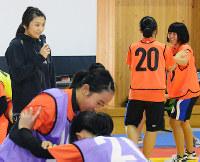 レスリング未経験の子どもたちを指導する伊調馨選手(左)=松山市市坪西町の県武道館で、黒川優撮影