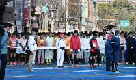 スタート前に黙とうするランナー=熊本市中央区の通町筋で2017年2月19日、出口絢撮影