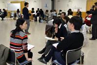 コミュニケーションを図りながら実践練習に取り組む参加者ら=和歌山県橋本市保健福祉センターで、、松野和生撮影