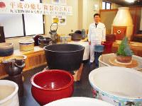 さまざまな陶器風呂などが並ぶ丸元製陶のショールーム。村木さんは「信楽焼のオンリーワンを目指している」と話す=滋賀県甲賀市信楽町長野で、土居和弘撮影