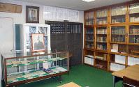 美濃部達吉、亮吉氏の資料を展示する美濃部親子文庫=兵庫県高砂市高砂町横町の高砂公民館で、戸田栄撮影