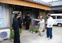 町立印南中「津波研究班」が行った昭和南海地震津波体験者への聞き取り調査の模様=和歌山県印南町の同中提供