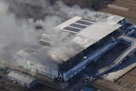 Askul Corp.'s shipping warehouse in Miyoshi, Saitama Prefecture, is filled with smoke on Feb. 19, 2017, three days after a fire broke out. (Mainichi)