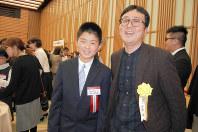 表彰式後のパーティーで笑顔を見せる小宮由さん(右)と西口昌寿さん=東京都千代田区の経団連会館で