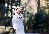 社会学者の上野千鶴子さん=東京都武蔵野市の井の頭公園で2017年1月11日、中村藍撮影