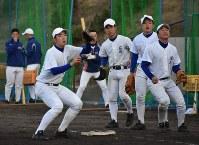 守備練習に励む内野手。ポジション争いは激しい=神戸市垂水区の神戸国際大付で