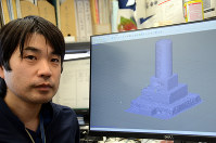 3D化した石碑を見せる谷川亘研究員=高知県南国市物部乙の高知コア研究所で、柴山雄太撮影