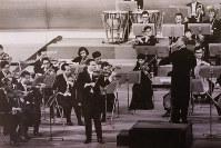 1965年1月、バイオリニストのヘンリク・シェリングと共演。朝比奈隆指揮、大阪フィルハーモニー交響楽団=大阪・フェスティバルホールで