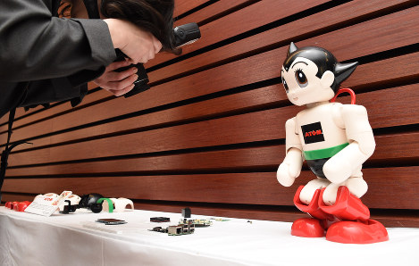 This photo shows the completed robot ATOM that will be sold in parts with the publication
