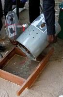 ガンビア大統領選でドラム缶に「投票」されたビー玉の集計作業=首都バンジュールで、ロイター