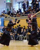 大きな声を響かせ熱戦を繰り広げる選手=大津市におの浜4の県立武道館で、森野俊撮影