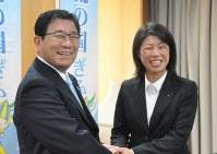 古田知事(左)を表敬訪問した大垣ミナモの溝江監督=県庁で