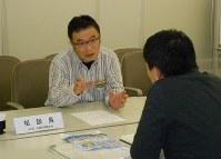 耐震診断・改修の相談にのる専門家(奥)=大阪市中央区谷町の一般財団法人大阪建築防災センターで、関野正撮影