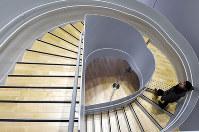 モダンな「すみだ北斎美術館」を訪れた一之輔さん。中でもひときわ目を引くのがらせん階段だ=東京都墨田区で、西本勝撮影