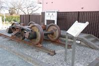 五日市鉄道の大神駅跡。当時のホームが再現され、車輪のオブジェなどもある=昭島市で