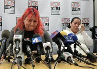 就労許可された男性が国境警備隊に拘束され記者会見で涙を流す母ロサ・ロブレスさん(右)と男性の恋人=米ロサンゼルスで2017年2月23日、長野宏美撮影