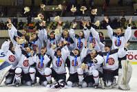 【日本-中国】全勝で初優勝し、金メダルを胸に表彰式で受け取った花束を投げて喜ぶスマイルジャパンの選手たち=手塚耕一郎撮影