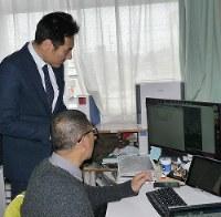 最新の3D技術を福島復興の仕事にいかす「ふたば」の遠藤秀文社長(左)と金谷祐昭さん=福島県郡山市のふたばの事業所で