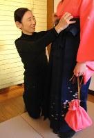 小学生の卒業式用のはかまを着付ける宇佐美幸子さん=「深川きものさろん」で