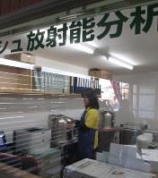 放射性物質を測る検査室をもつ福島県郡山市の農産物直売所「ベレッシュ」=小島正美撮影