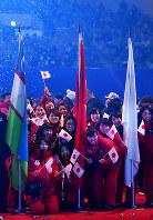 閉会式で記念写真に納まる日本の選手たち=札幌市南区の真駒内セキスイハイムアイスアリーナで26日午後7時44分、手塚耕一郎撮影